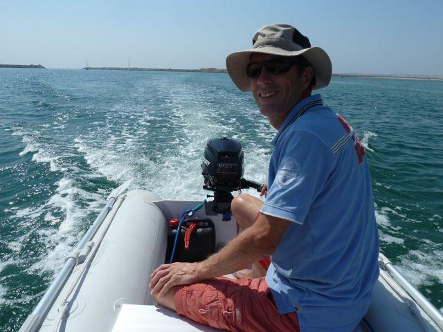 Als blijkt dat we een paar dagen moeten wachten op de vistocht, gaan we voor anker in Alvor, waar we met de bijboot aan wal gaan.