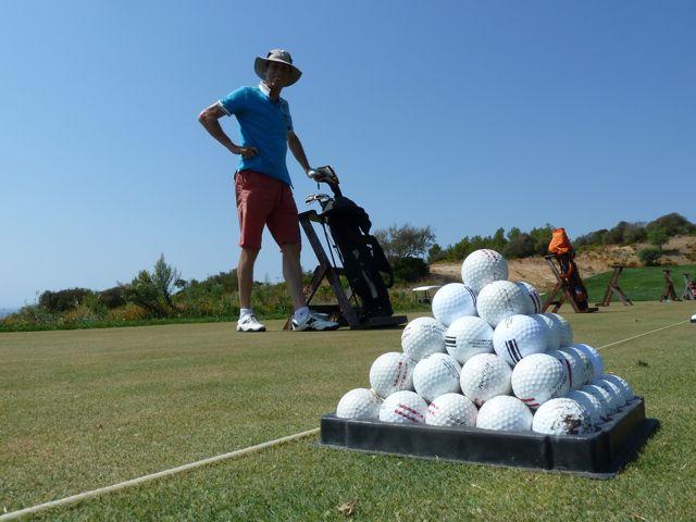 We ontdekken een golfbaan in de buurt en gaan er wat oefenen
