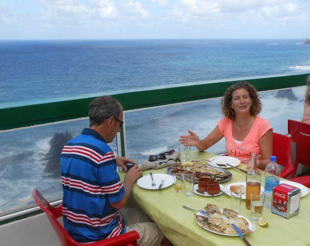 Een perfect plekje om te lunchen; verse vis, net uit de wind en wel een fantastische view.