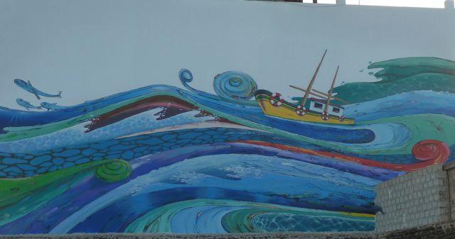 Heel de stad is versierd met grote wandschilderingen met maritiem karakter
