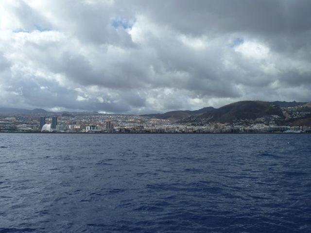 Naderen van Santa Cruz, de grootste stad van alle Canarische eilanden