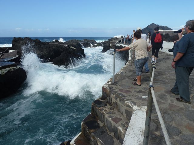 Natuurlijke zeebaden tussen de lavaformaties, maar vandaag zijn ze dicht wegens heftige zeeen.