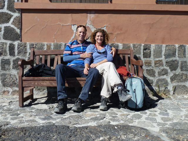 Met de kabelbaan naar 3500 meter hoogte, en dan wandelen maar. Even uitrusten bij de refuge op 3200 meter.