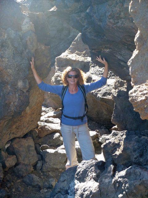 het pad loopt langs grillige rotsformaties, allemaal puur natuur.