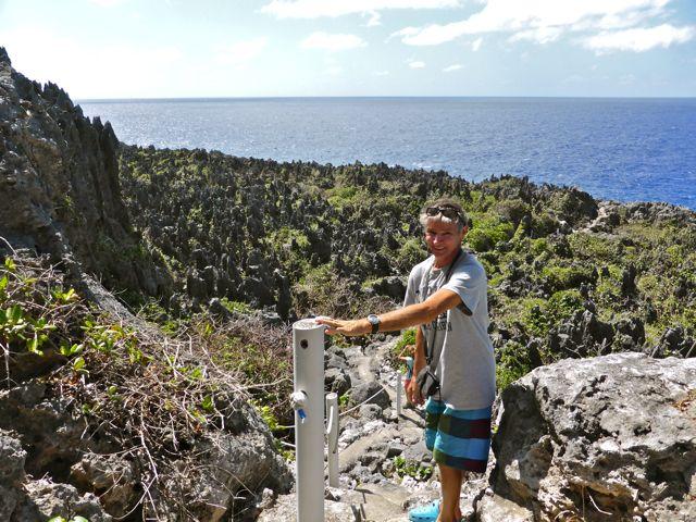 In de verte de pinnacles van het boven water gekomen koraal