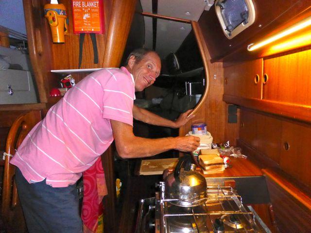 Pieter bakt tosti's bij sunset