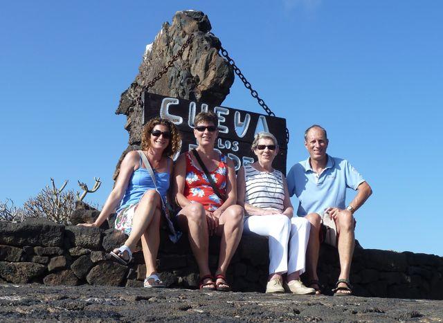 We bezoeken de grotten, die zijn ontstaan door onderaardse lavastromen waarin gasbellen ontstonden