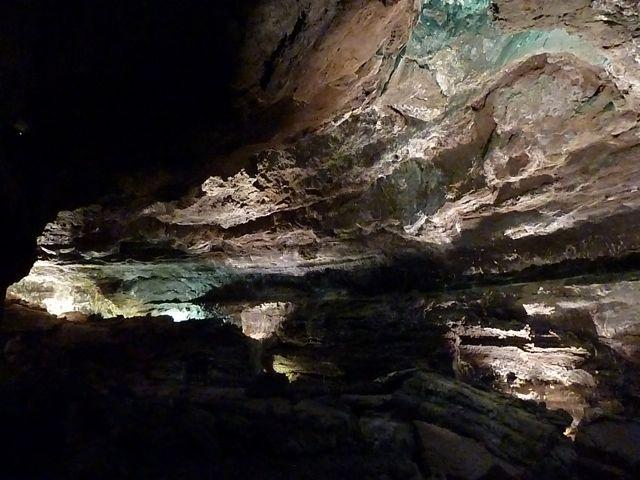 Immense ruimtes onder de grond, met kleuren door alle mineralen in het gesteente, fosfor, ijzer, magnesium....