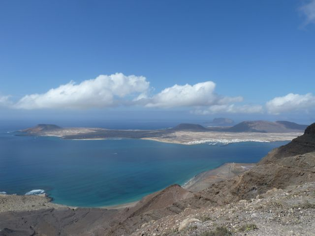 Daar ligt het eiland, met links van de marina de baai van playa Fransesca