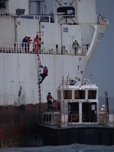 We zien de handliners aan boord klimmen van een vrachtschip