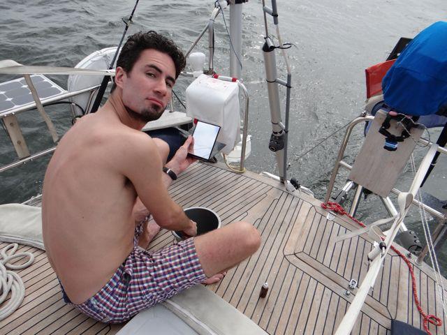 Adriaan z'n baard moet eraan geloven, als een zeeman zittend op het achterdek