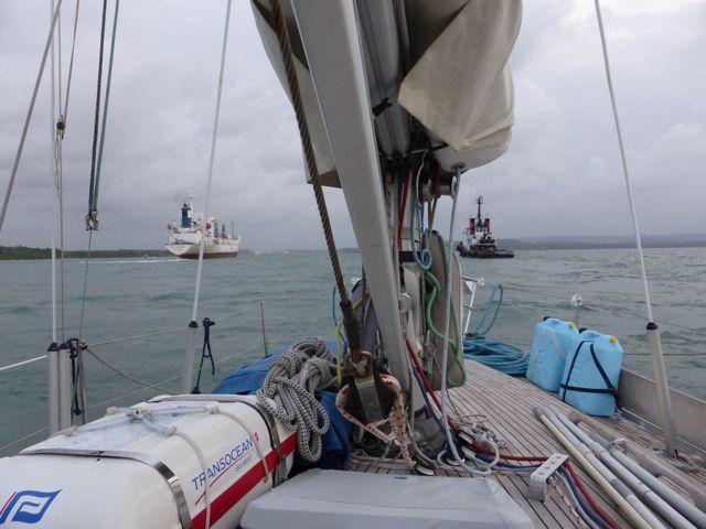 Op naar de ingang samen met vrachtschip en tugboat