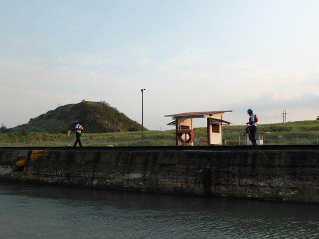 en loopt vervolgens een dikke kilometer met ons mee bij het passeren van de twee Miraflores locks