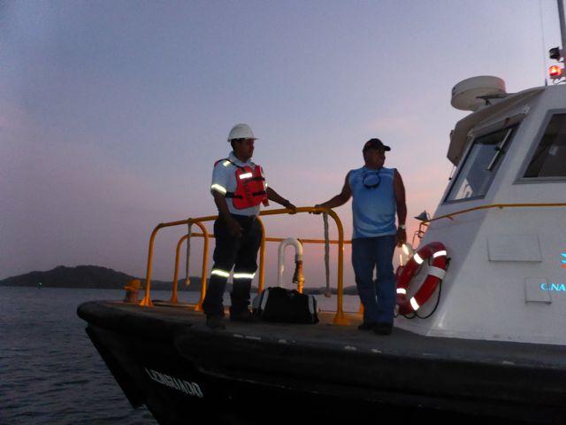 Snel worden de twee mannen weer opgepikt door een loodsboot