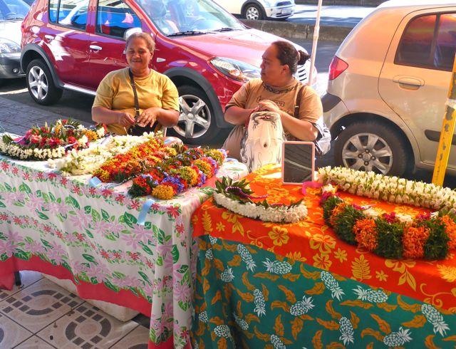 In Pape'ete verkopen vrouwen bloemenkransen op straat, het ruikt fantastisch
