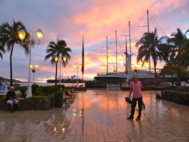 's Avonds aan het waterfront, waar de roulottes worden opgebouwd