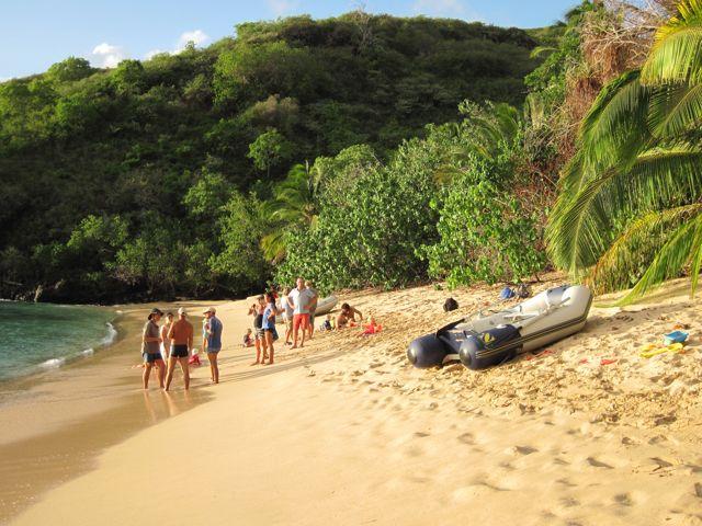 tweemaal hebben we een gezellige sunset borrel op het strand, leuk om de andere zeilers te leren kennen