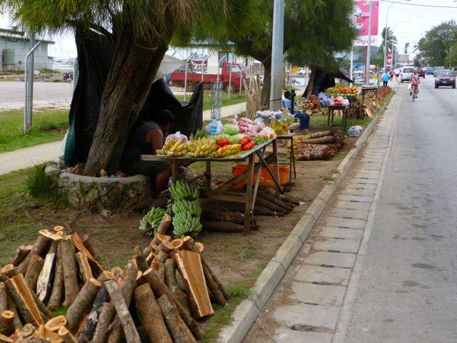 Hout, kokosnoten, enorme tarowortels, maar ook kant en klaar maaltijden langs de weg te koop.