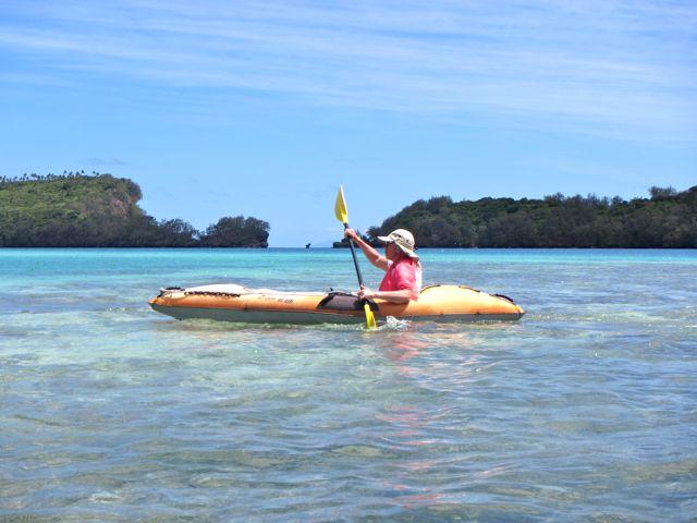 Daar gaat Toos, per kayak heel de lagoon rond