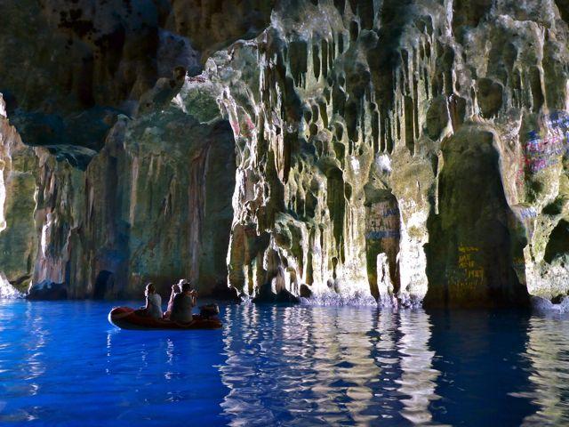 Van binnen net grotto azul