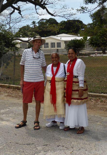 In klederdracht wegens week van de vrouwen op Tonga
