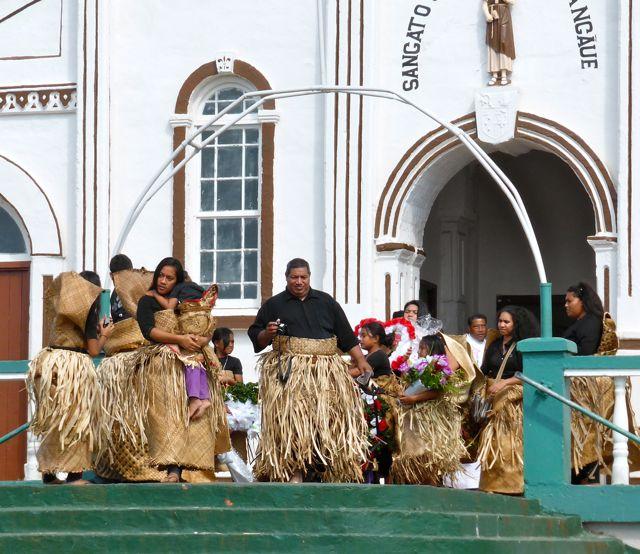 De eerste mensen lopen de kerk uit na de begrafenismis