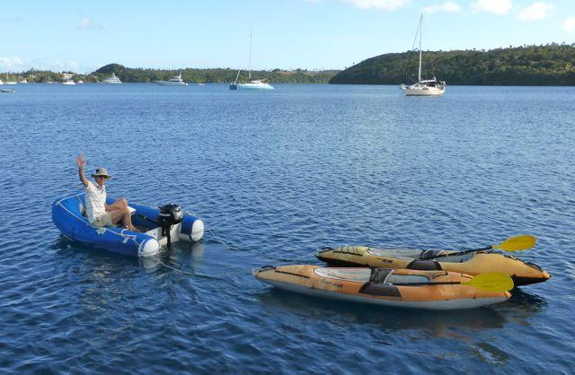 Pieter brengt de geleende kayaks terug